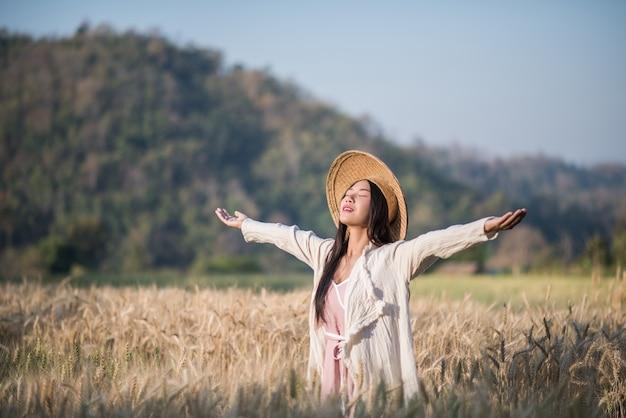 ベトナムの女性農家小麦の収穫