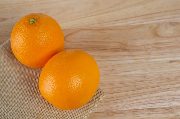 木の床にオレンジ色。