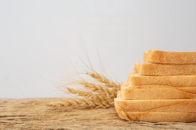 Хлеб на деревянном столе на старом деревянном поле.