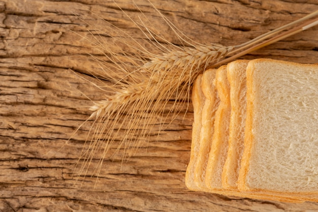 古い木の床の木のテーブルでパンします。