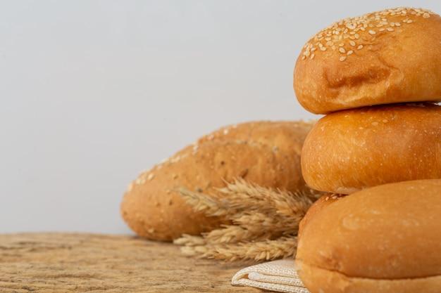 Разнообразие хлеба на деревянном столе на старой деревянной предпосылке.