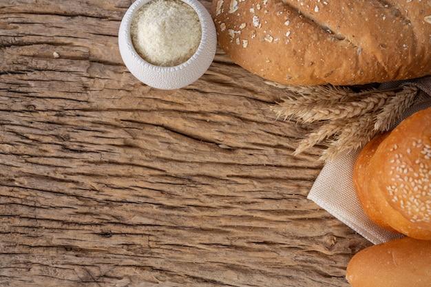 古い木製の背景に木製のテーブルの上のパン各種。
