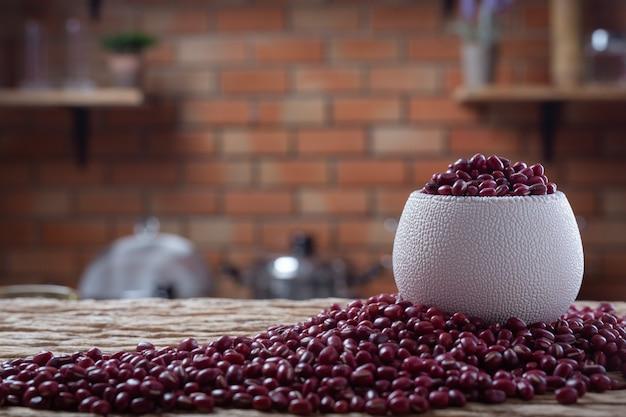 台所で木製の背景に小豆の種