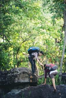 サポートライフスタイル手の男ハイキング