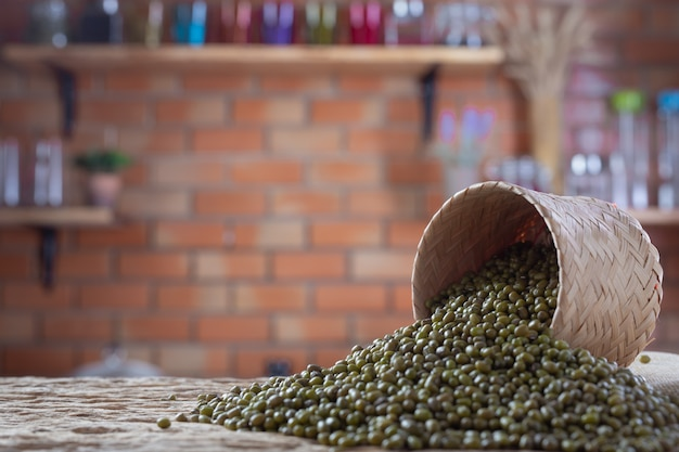 Семена бобов мунг на деревянном фоне на кухне