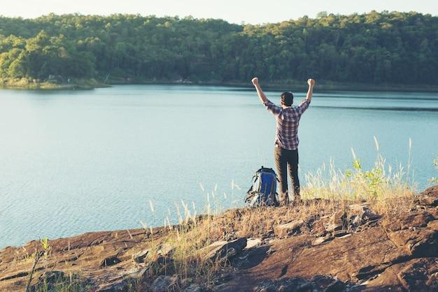 バックパック幸せな自由の旅行者をリラックス