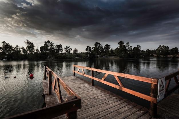 夕日に照らされた木製の欄干と桟橋