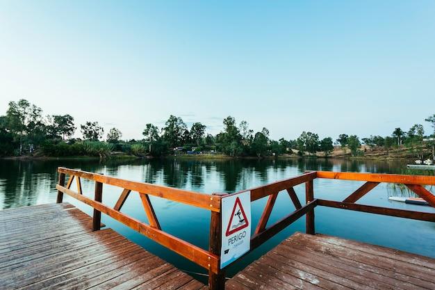 水に飛び込む危険サインと木製の桟橋