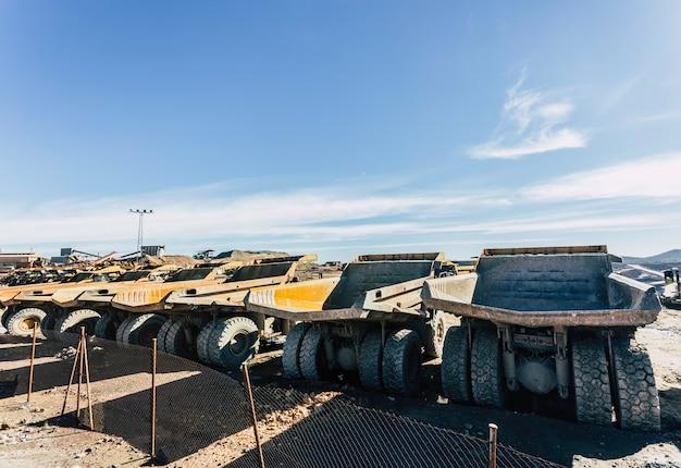 大型のオフロードダンプトラックが次の任務を待って並んでいた