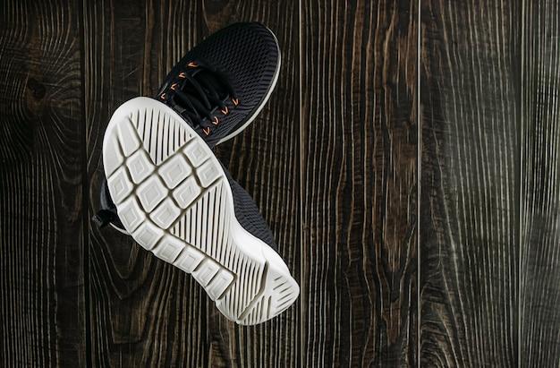 Пара новых синих мужских кроссовок с белой подошвой для спортивного крупного плана