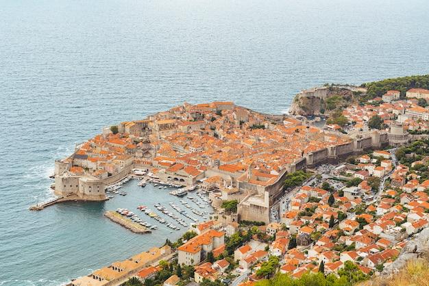 クロアチアの城壁に囲まれたドブロブニクの港のパノラマビュー