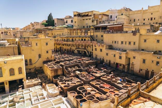 フェズの皮なめし、革、モロッコ、アフリカのカラーペイントのパノラマビュー