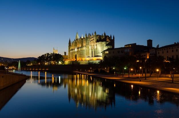 青の時間で歴史的なパルママヨルカ大聖堂ラスー