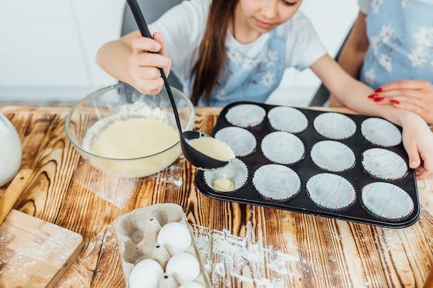 キッチンでクッキーを作る過程で娘、写真を閉じます。