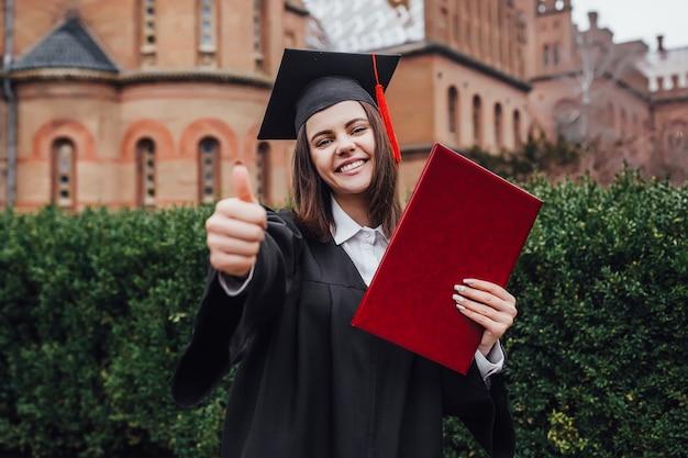 彼女の卒業式の日に幸せな女。教育と人々。わかりました。