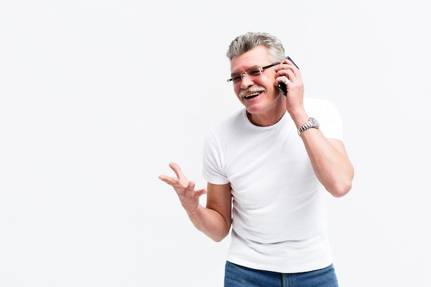 Счастливый улыбающийся человек говорит по телефону