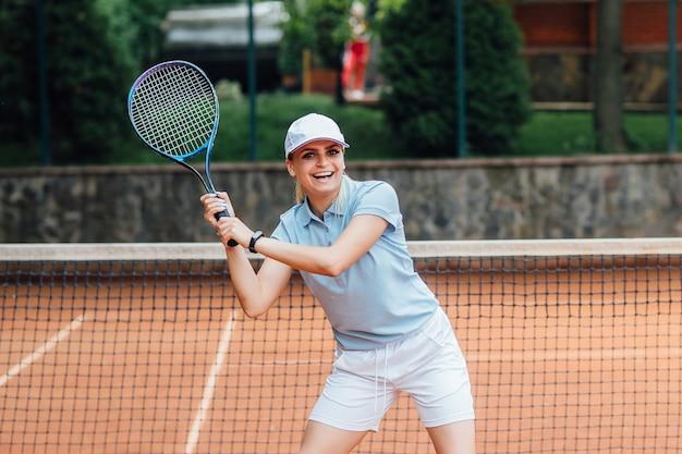 テニスをして、サービスを待っている女性。