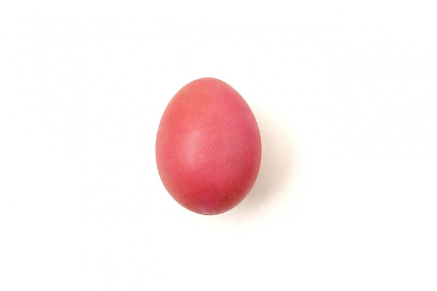 白い背景で隔離赤い色の鶏の卵。ハッピーイースターのコンセプト