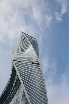 近代的な高層ビルの建築。モスクワ国際ビジネスセンターモスクワ市、ロシアの雲と青い空を背景に建物。