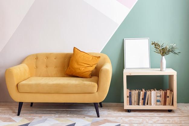 Хорошая гостиная с диваном, ковром, зеленым растением на книжном шкафу