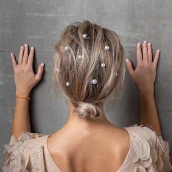 髪に真珠を持つ女性