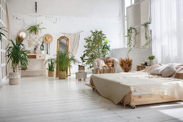 Стильная лофт уютная спальня с двуспальной кроватью, креслом