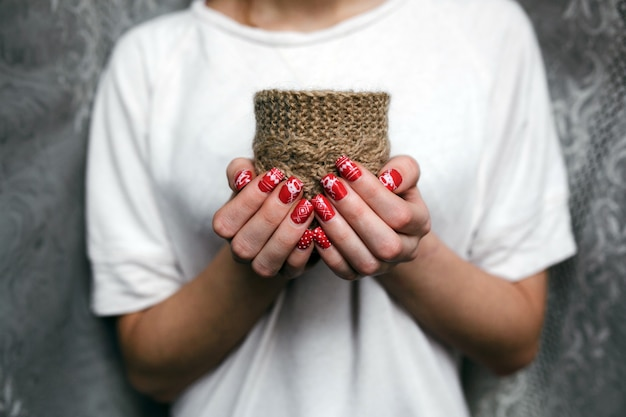 茶色の布の袋を持つ女性