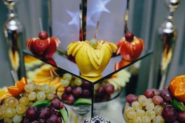アートが飾らフルーツ食品