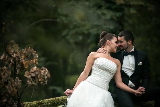 バックグラウンドでの森林と彼らの目に探して新婚夫婦
