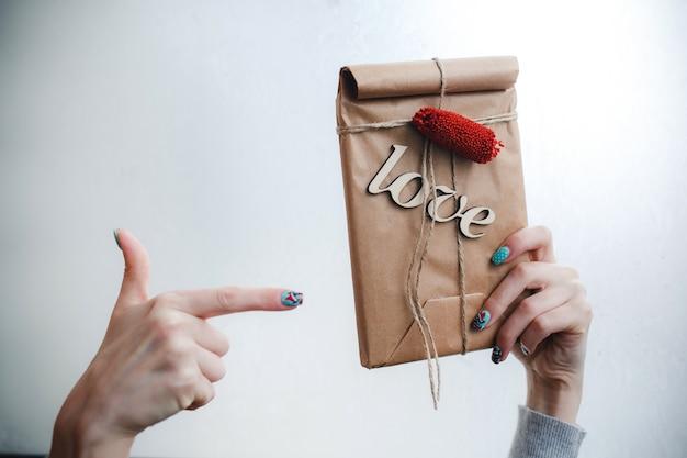 単語「愛」と茶色の袋を指差し