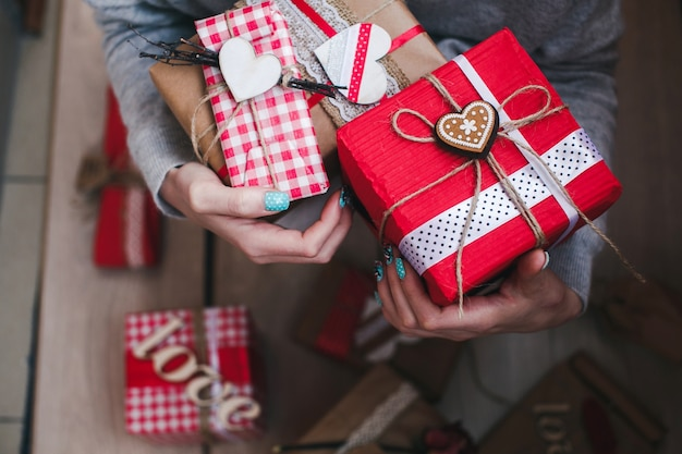 中央のスターと黄金の心で赤い贈り物を持っている人