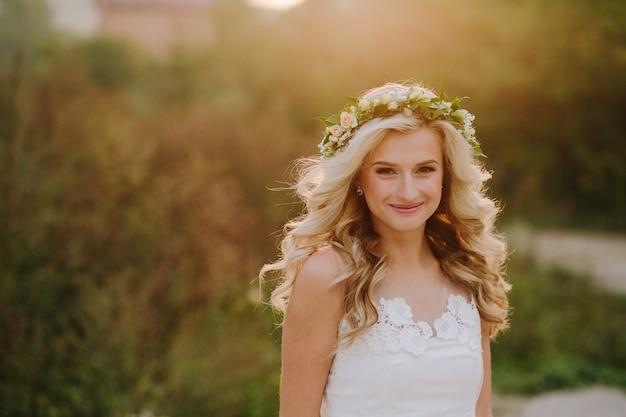 デフォーカスの背景で笑顔の花嫁