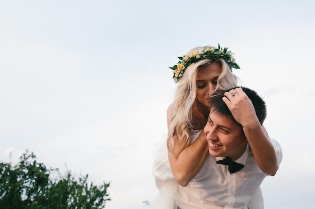 ブロンド花嫁は彼女の夫に馬に乗って