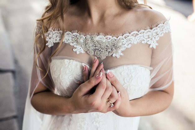 花嫁の繊細な手のクローズアップ