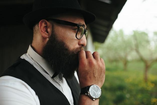 Крупным планом бородатого человека курения