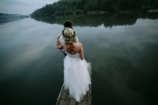 木製の歩道上の新婚夫婦