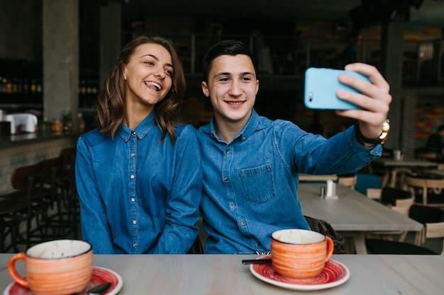 Милая девушка позирует для фото рядом со своим парнем