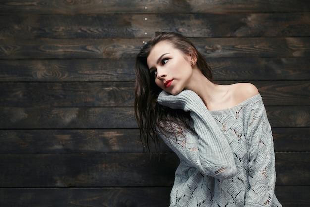 長袖のセーターの女の子