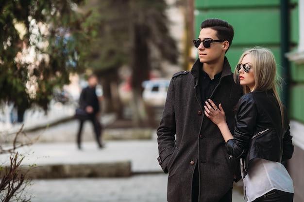 Серьезные пара охватывающей на улице