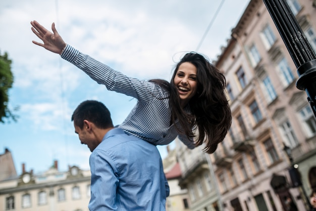 幸せな女の子、男性の肩