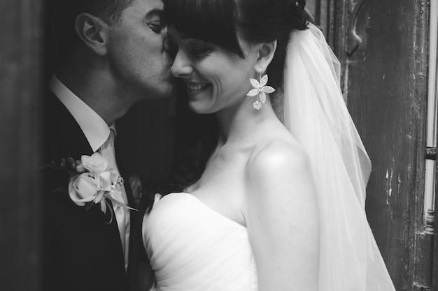新郎を愛する花嫁の頬にキスを