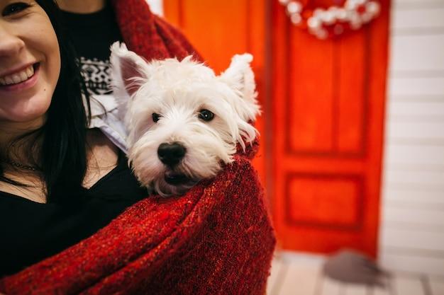 犬とポーズをとる幸せな夫