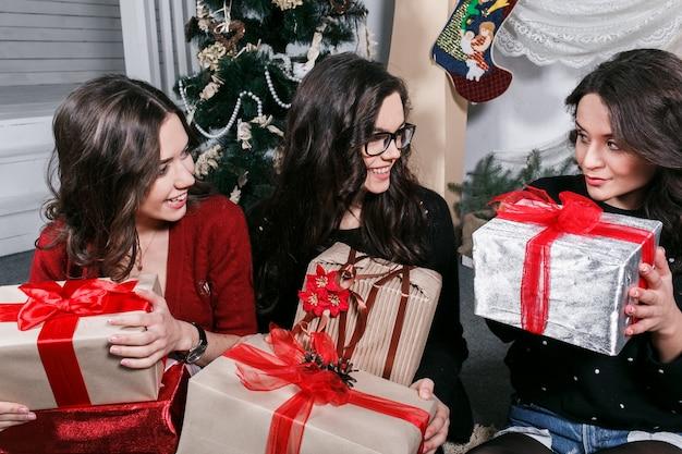 彼女の贈り物を推測しようとして幸せな女の子