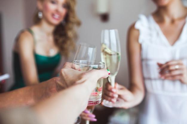 ワイングラスで女性の手を刈る