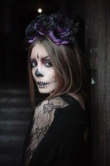 頭蓋骨のメイクを持つ女性