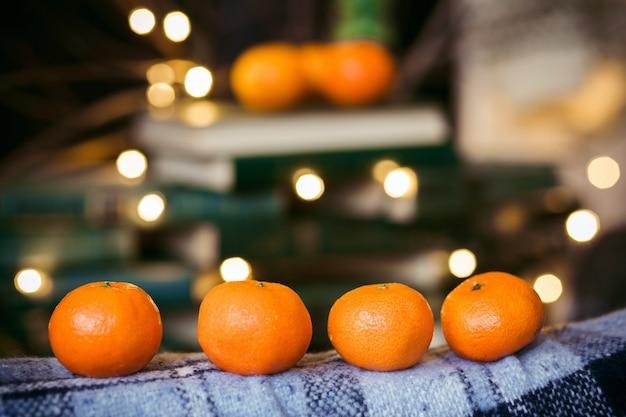 Крупным планом апельсинов на одеяло