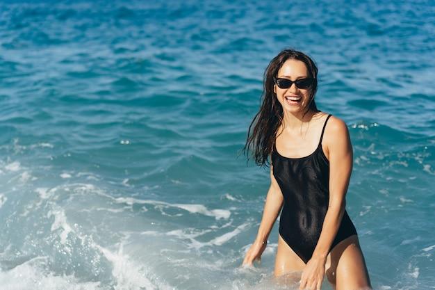 Красивая молодая женщина отдыхает на море