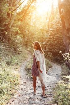 美しい、若い女の子が一緒に山のふもとで歩く