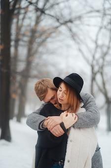 男と女は冬の森で休んでいます。