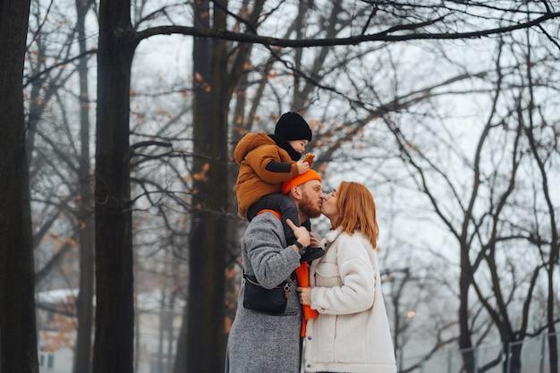 お父さんお母さんと冬の公園で赤ちゃん
